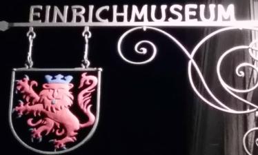 Schild des Einrichmuseums bei Nacht